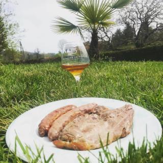 🇫🇷 Quoi de mieux que de déguster en avant première notre nouveauté 2021😍 Un vin orangé en même temps que le premier barbecue de l'année 😉 🇺🇸 What could be better than enjoying a preview of our 2021 novelty? 😍  An orange wine at the same time as the first barbecue of the year😉  #beaujolais #vinsdubeaujolais #myauvergnerhonealpes #igersbeaujolais #igerslyon #winestagram #instawine #tourism #foodie  #winetourism #vignoble #frenchwine #winelovers #winegeek #winemaker  #naturelovers #naturephotograpy #natural  #photography #authentic  #picoftheday  #igers #igersfrance #discover #explore #wineblogger #instamoment #aura_focus_on #france_focus_on  #jeanmuicheldupré